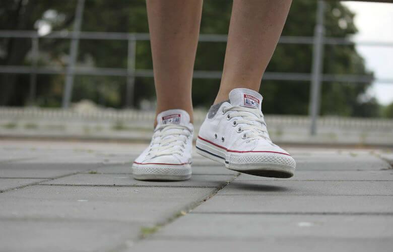 vlekken uit witte schoenen