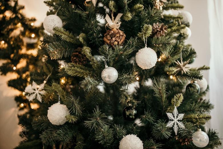 kerstboom verliest minder naalden